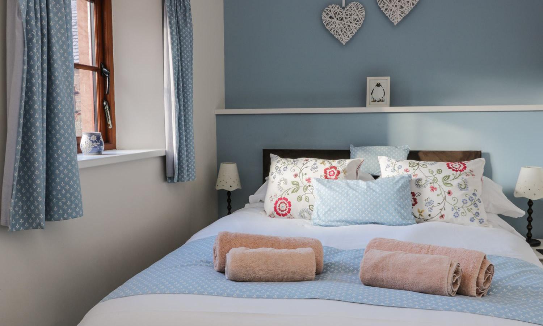 oldgrainstorecottage-bluebedroom